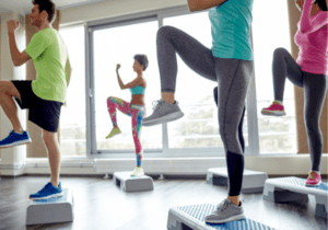 Best-Bodyweight-Glute-Exercises-For-Runners-Step-Up-Knee-Raises